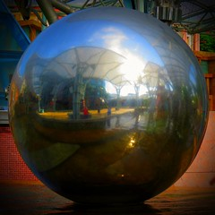 El mundo en compresión (Bonsailara1) Tags: bonsailara1 esfera sphere world mundo reflejos reflection sentosa singapore singapur