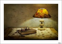 Momento de dormir... (V- strom) Tags: texturas textures nikon nikon2470 nikon50mm nikon105mm libro book lámpara lamp gafas glasses luz light recuerdo memories lectura reading bodegón interiordesign stilllife