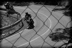 A TRAVÉS DE LA ALAMBRADA (ROGE gonzalez ALIAGA) Tags: blancoynegro carretera curva asfalto paisaje moto monocromatica brillos luz lights sombras shadow