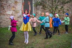 Q1005662 (sswee38823) Tags: leica leicamtype240 leicacamera leicanoctiluxm50mmf095asph noctiluxm50mmf095asph noctilux095 noctilux noc 50mm 50 095 f95 rangefinder children child littlegirl littlegirls performance costume fun italy lucca luccaitaly tuscana tuscany spring