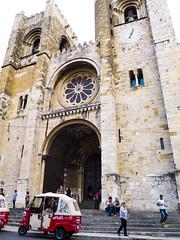 S de Lisboa (Bernat Nacente Foto) Tags: street blue building portugal buildings october fuji cathedral lisboa catedral s melody seu fujifilm octubre blau  carrer   edifici x10 2014 edificis        nohdr    x