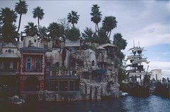 USA: Las Vegas 1997 (patrikmloeff) Tags: world show voyage travel usa holiday gambling analog america palms hotel us reisen holidays treasureisland unitedstates minolta lasvegas earth pirates urlaub nevada unitedstatesofamerica palm palmtrees american strip palmtree pirate northamerica 1997 voyager analogue traveling monde amerika ferien palmiers pirat reise welt erde amerikanisch palmen piraten staaten schatzinsel schau nordamerika verreisen spielerstadt