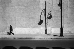(Paysage du temps) Tags: 2017 20170330c film hp5 ilford leicam6 summicron35mm maroc morocco marrakech homme man ombre shadow lampadaire mur wall