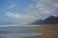 Lonely beach (Mettwoosch) Tags: fuerteventura cofete west canary island coast kanarische insel küste waves wellen himmel wolken sky clouds mountain berg beach strand outdoor canon eos 5dm3 ef lens 5d3 travel vacation urlaub holiday