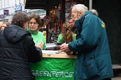 Aufklren zum Freihandelsabkommen (Greenpeace Oldenburg) Tags: oktober movie island deutschland rainbow europa ship action board cook greenpeace eu goldener casablanca warriors douglas rien trade investment partnership infostand transatlantic oldenburg signatures waiheke aktion tisa niedersachsen demokratie achterberg universittsstadt ttip oldb ceta unterschriften democraty fahrradstadt hirschapotheke fusgngerzone achternstrase bermorgenstadt kohltourhauptstadt
