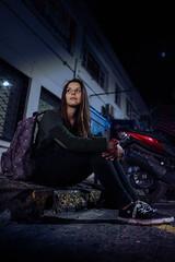 Por las noches usando alto iso =) (JuanPablo V.O.) Tags: street calle sentado iluminacion natural sony 28mm fe f2 a7r sonyalpha sonyemount sonystas streetart