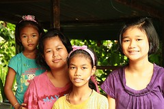 sisters with friend (the foreign photographer - ฝรั่งถ่) Tags: three sisters friend girls children khlong thanon portraits bangken bangkok thailand canon kiss