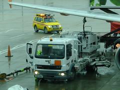 Hydrant refuelling (stevenbrandist) Tags: london yellow airport aircraft led shogun beacon mitsubishi daf gatwickairport northair bp4299