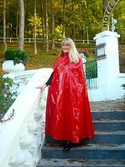 rotes, schweres Lackcape (sari40) Tags: fetish rubber cape gummi raincoat lack raincape regenmantel regencape lackcape