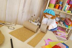 Recorte também duas tiras de cortiça no comprimento dos rolos, e encape-os, fixando com a cola quente. (Ateliê Bonifrati) Tags: cute diy artesanato craft escolar pap portatreco diadascrianças bastidor bonifrati façavocêmesmo superziper portacoisas