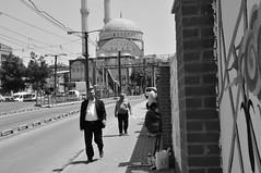 Mann im Anzug luft auf dem Brgersteig an Straenknstler vorbei, im Hintergrund eine Moschee (trebuchet89) Tags: streetart turkey istanbul anzug knstler brgersteig moschee