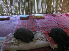 "Notre chambre dans la hutte en bambou <a style=""margin-left:10px; font-size:0.8em;"" href=""http://www.flickr.com/photos/83080376@N03/15747548461/"" target=""_blank"">@flickr</a>"