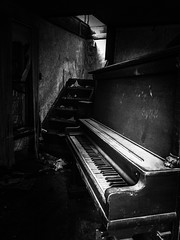 she always played him a few notes before they went upstairs for the evening..(house of broken hearts) (Aces & Eights Photography) Tags: abandoned abandonment decay ruraldecay oldhouse abandonedhouse oldpiano abandonedpiano breakmyheart