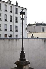 A la lumière de ce que nous savons (Gerard Hermand) Tags: 1703177086 gerardhermand france paris canon eos5dmarkii formatportrait extérieur outside réverbère streetlight mur wall immeuble building