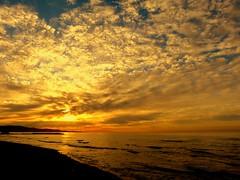 Nubes rotas (camus agp) Tags: amanecer agua playa costa nubes marmediterraneo españa reflejos