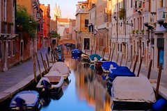 Venice / Italy (_dreamseller_) Tags: longexposure morning italien venice italy oktober sun reflection water reflections boats boot boat early calle october wasser italia zoom earlymorning boote filter nd fujifilm sonne morgen venedig fujinon gasse langzeitbelichtung xf früh reflektionen xe1 fujifilmxe1 fujinonxf1855mm