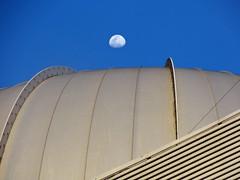 Lua sobre o maior telescpio do Brasil (-Rodolfrito-) Tags: sol pico dias por opd observatrio braspolis