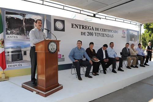 Padrés presidió la ceremonia de entrega de certificados de vivienda en Empalme.