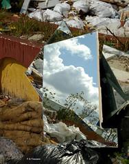 Espejo en el derribo. Mirror in the demolition. (Esetoscano) Tags: espejo mirror derribo demolition abandono abandonment desperdicios refuse imagenreflejada reflectedimage contraste contrast