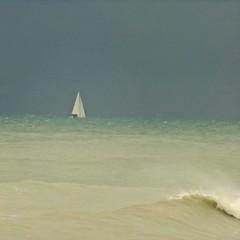 """Türkis von grauem """"Vorhang"""" (schau_ma_da) Tags: kodak meer quadrat quiberville spaziergang strand wetter schleichteswetter türkis flickr regenwolken schaumada segelboot"""