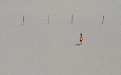 [ Al di qua e al di là del nulla - Before and beyond the nothingness ] DSC_0896.2.jinkoll (jinkoll) Tags: beach sand minimal girl gal alone lonelyness shadow bag orange walk step tropea street people