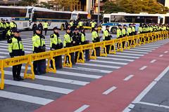 Thin Yellow Line (Mondmann) Tags: thinyellowline police policeofficers lawenforcement barriers buses separation demonstrations protests cops koreanpolice koreancops koreanlawenforcement seoul southkorea korea rok republicofkorea asia eastasia mondmann fujifilmxt10 policeline