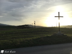 Croce in Val d'Orcia (Lost Route) Tags: cross holy val dorcia croce dietro sole sun behind catholic country lost route