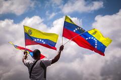 Plaza Venezuela | Caracas (chamorojas) Tags: venezuela protestas bandera vendedor seller caracas distritocapital streetseller