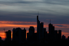 Frankfurt Skyline 3 (andy.konrad) Tags: architektur blauestunde frankfurt gebäude hessen hochhaus main mainhattan skyline sonnenuntergang stadt