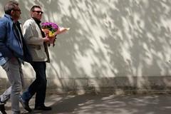 Flowers 69-2017 ( serie walkers ) (Kairos !) Tags: walker walkers walk walking shadow flowers urban city street streetwalk streetview streetphotography streetphotographer fujifilm fujixt10