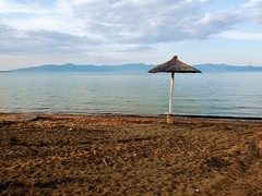 Σκάλα Αταλάντης (Lefteris Koutsoloukas) Tags: sea beach lonely umbrela afternoon