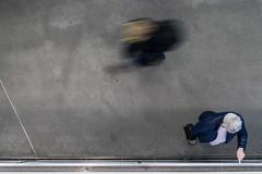 6731 (.niraw) Tags: köln ubahnhaltestellebreslauerplatzhbf ubahn mann frau bewegung strasenfotografie rucksack tasche hand finger uhr