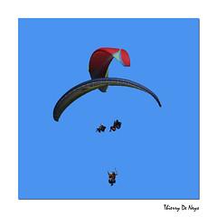 Jamais 2 Sans 3 / Never 2 Without 3 (Thierry De Neys - Photographies) Tags: thierrydeneys auvergne france puydedôme voler tofly sky ciel bleu blauw blue parapente parapentiste paragliding paraglider formatcarré squareformat