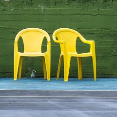 Abneigung (fotomanni.de) Tags: italien tennis gelb stuhl plastik reihen lagodidro