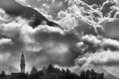 La Pieve - Bianco e nero. (photolupi) Tags: parco la italia nuvole campanile val cielo di nebbia trentino dolomiti pieve cavalese fiemme photolupi