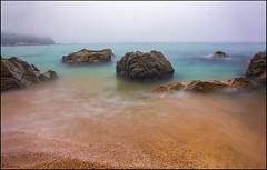Composición de rocas. (antoniocamero21) Tags: paisaje marina mar rocas agua niebla arena playa color foto sony llorell girona catalunya serenidad composición atmósfera atardecer