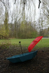 Amsterdam (vjbender) Tags: amsterdam frühling vondelpark bäume regenschirm rot grünn