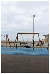 Columpiando junto a la playa. (margabel2010) Tags: metal azul madera gijn asturias personas farolas playas estructuras parejas columpios
