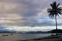 saudade... (Ruby Ferreira ®) Tags: city cidade praia beach boats silhouettes hills montanhas silhuetas cloudyday ubatubasp litoraldesampa