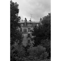 Into the Paris (Glow_soli) Tags: park wild white black paris green facade analog canon garden shot analogic
