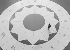 De cuatro a once (Esparkling) Tags: persona bn uno reloj conceptual tiempo horas robado esparkling thepinnaclehof tphoffebruary2015