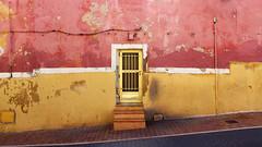 La Vila Vella (lluiscn) Tags: façana fachada porta carrer street rua rue strada calle roig groc lavila vilajoiosa vila joiosa pv paísvalencià alacant mediterrani mediterraneo
