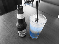 (Human-Faced Bun w/ Honey Pudding) Tags: beverage drink beer alcohol nonalcohol non glass straw blue black white ice cherry restaurant fridays coors light lunch
