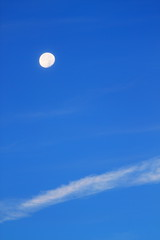 Moon, in a chilly morning (Benny2006) Tags: sky cloud moon cold fall chilly