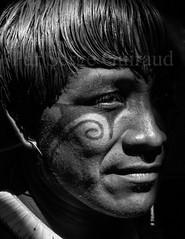 Kuikuro - Haut Xingu (guiraud_serge) Tags: brazil portrait brasil amazon indian tribe ethnic indien matogrosso indio labret brsil tribu amazonie amazone forttropicale ethnie kayapo kuikuro metuktire plateaulabial hautxingu parcduxingu sergeguiraud artducorps ornementcorporel