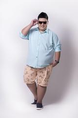 เสื้อเชิ้ตแขนยาวสีเขียวพาสเทลผู้ชายอ้วน