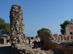 Taormina - Visita al celebre Teatro Antico (Luigi Strano) Tags: italy europa europe italia sicily taormina monumenti sicilia antichit teatrogrecoromanotaormina romangreektheatertaormina