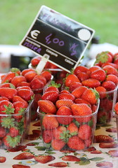Ancora tempo di fragole (stgio) Tags: red summer food fruit strawberry raw market frutta fragole