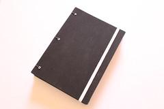 Caderno 'Black' (Bella Mia Ateliê) Tags: cadernos caderno artesanais papelaria papelariaartesanal feitoàmão encadernaçãomanualartística costuracoptafrancesa handmade bookbinding crafts elo7 produtosartesanais