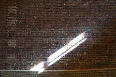 light ray (Rosmarie Voegtli) Tags: art kunst licht light serpentinesacklergallery london kensingtongardens wall wand bricks explored 117picturesin2017 39 inthelightfromawindow